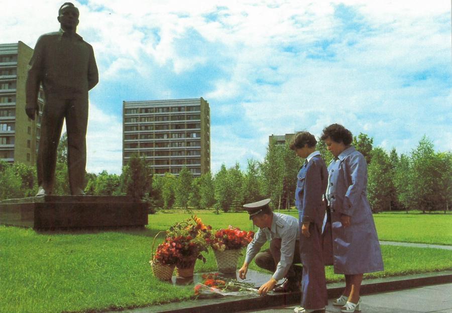 Jähn mit Familie an Gagarins Denkmal im Sternenstädtchen