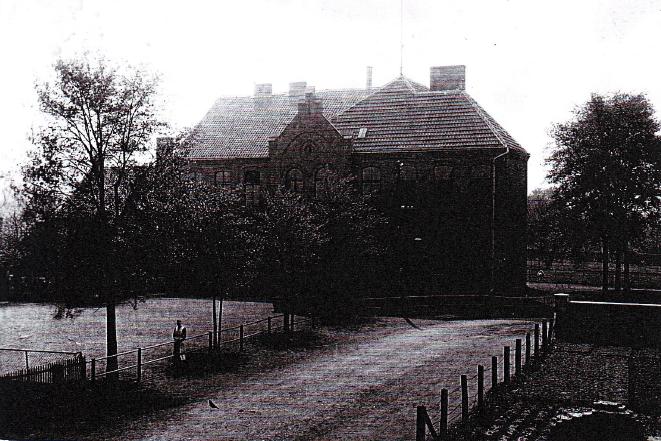 Die Schule mit neu errichtetem Erweiterungsbau im Jahre 1918 (ein Blick vom Kiwittenberg)