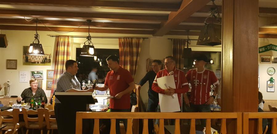 """Überraschungsgäste bei Germania: der FC Bayern Fanclub """"Heidekreis-Bavaria"""" mit dem Vorsitzenden Detlef Nitz, Kassenwart Manfred Block und Dennis Sezina"""
