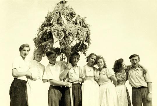 Junge Leute mit der Erntekrone auf dem Deich (etwa 1950)