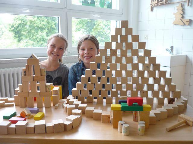 Linn und Nele sind schon ein bisschen in Urlaubsstimmung und bauen sich ein Hotel.