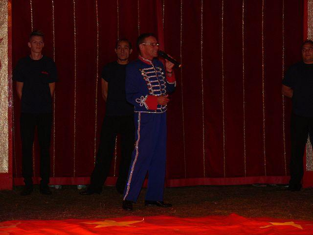 Der Zirkusdirektor begrüßt das Publikum.