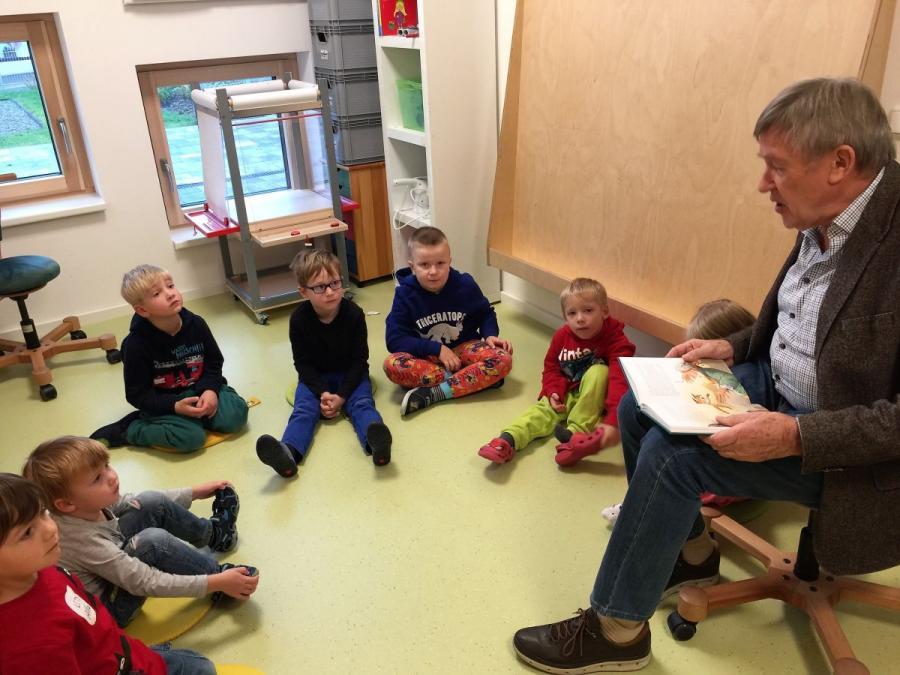 Hartmut Schuberth liest im Kindergarten vor