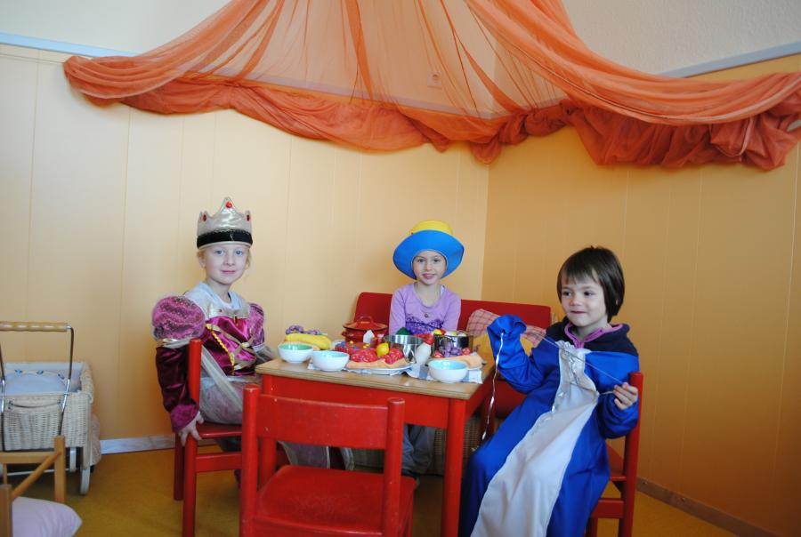 Kinder in der Puppenecke