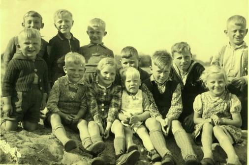 Kinder auf einer Buhne an der Elbe (vermutlich 1942)