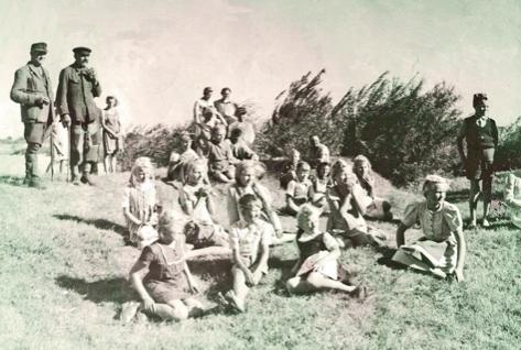 """Kinder und Leute bei den Dreharbeiten zum """"Film ohne Titel"""" 1947"""