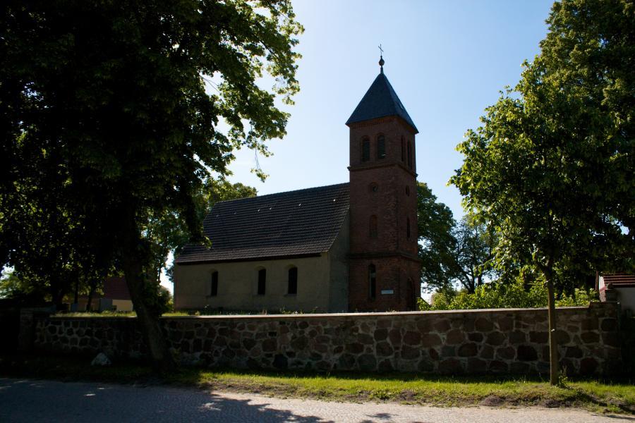 Kirchplatz mit Kirche