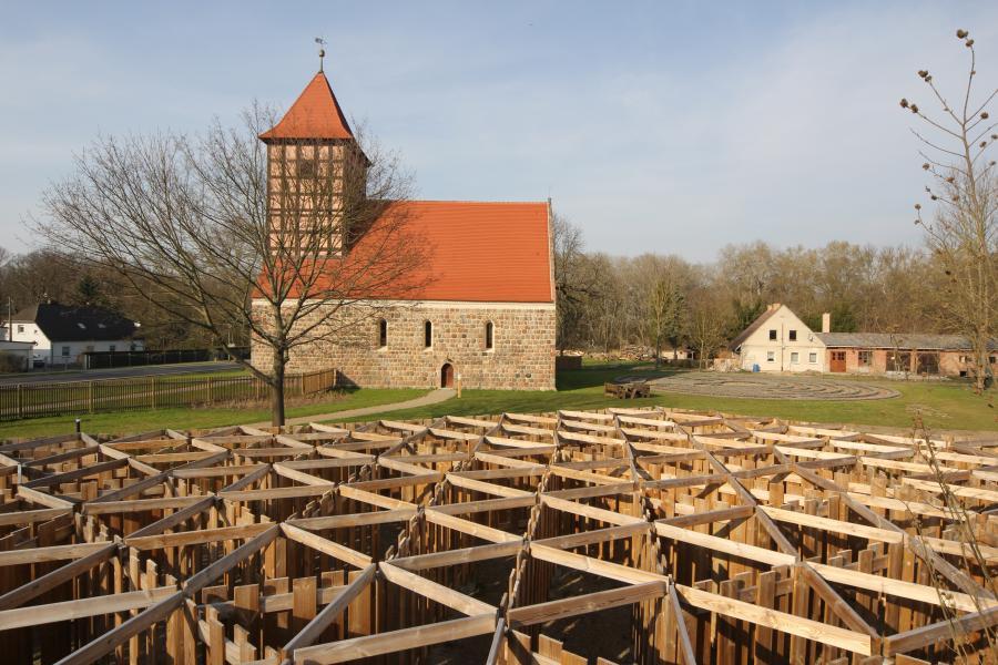Kirche mit Irrgarten
