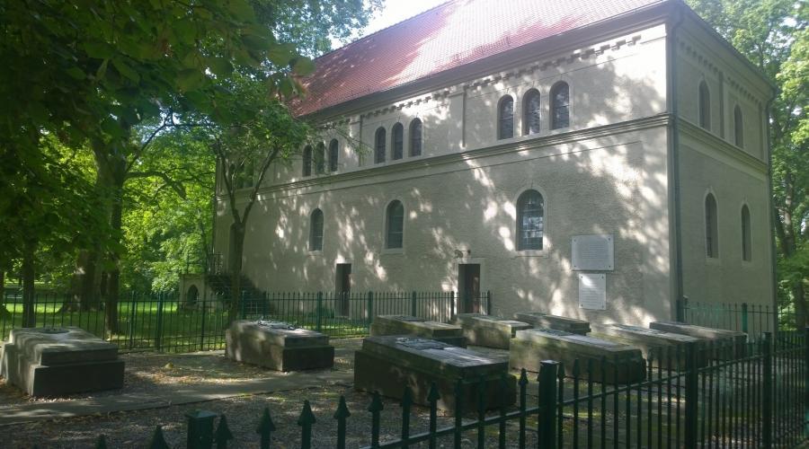 Kirche Wiepersdorf mit Gräbern jpg
