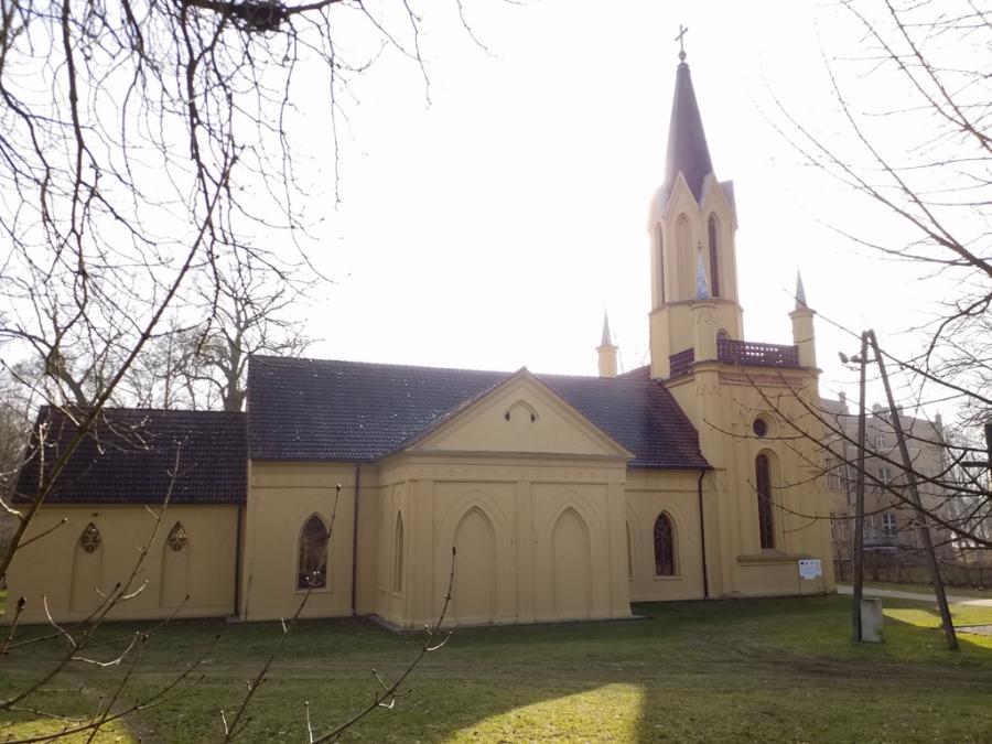 Die Kirche zum Heiligen Josef in Tamsel mit Schloss