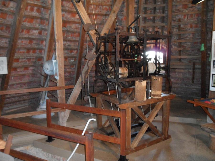 Kirchturmuhr - ohne Zifferblatt, nur mit Läutwerk, Quelle: Coradoline / Wikimedia