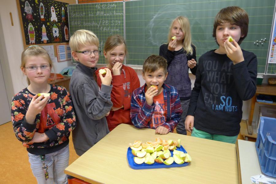 Klasse 4a genießt die leckeren Äpfel und Mandarinen