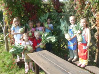Kleine Gärtner präsentieren stolz ihre Riesenkohlrabi