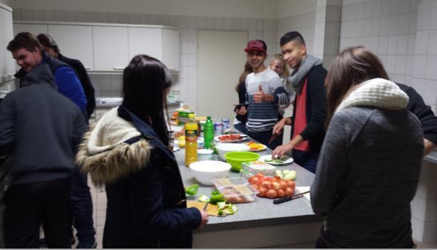 Gemeinsame Kochaktion mit den Jugendlichen aus dem Friedloser Jugendraum und Kirchheim