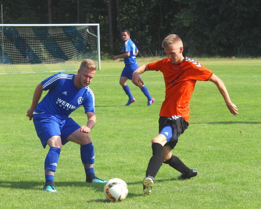Martin Link (links) vom VfL Blau Weiß Neukloster im Zweikampf mit seinem Gegenspieler. Die Blau Weißen siegten gegen den Mallentiner SV mit 5:1.