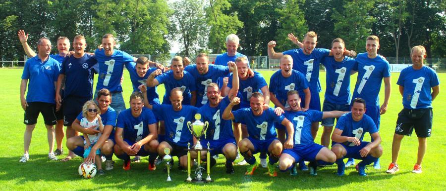 Der VfL Blau Weiß Neukloster wurde Meister in der Kreisoberliga. Die Spieler feiern mit den Meisterpokalen.