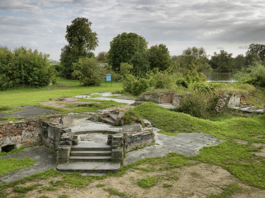 Die Ruine des Küstriner Schlosses, dort, wo der Kronprinz Friedrich in Festungshaft war. Blickrichtung an den Ort, an dem Hans Hermann von Katte sein Leben verlor. Im Hintergrund ist die Oder zu sehen.
