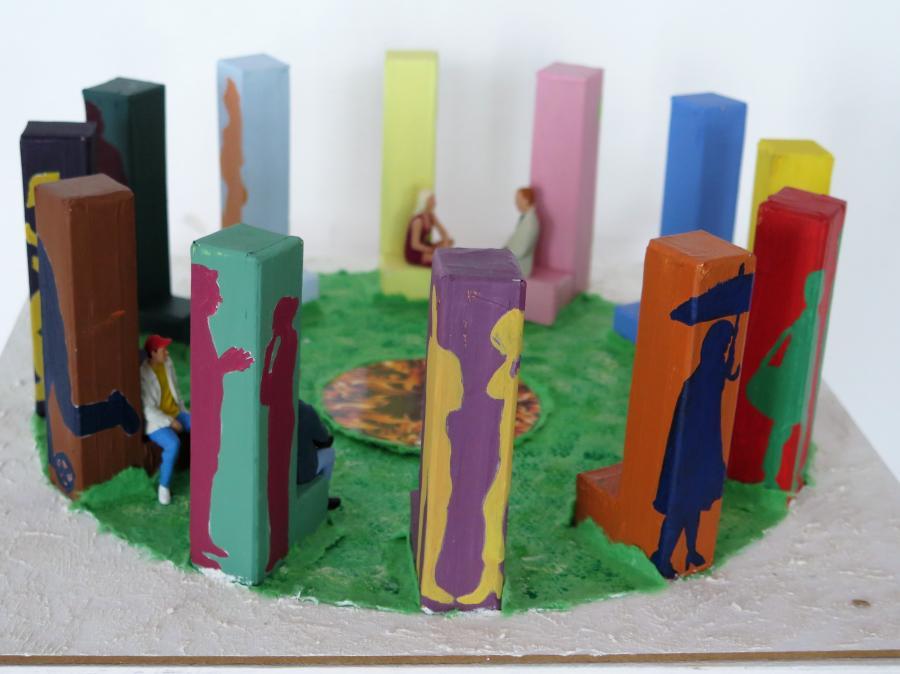 Zweiter Platz: Foto vom Kunstwerk genannt Agora mit verschiedenen bunten Säulen mit Menschenabbildungen Copyright: Stadt Maintal