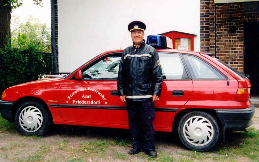 Kurt Cichy vor seinem KdoW Opel Astra