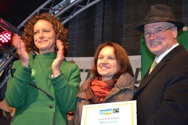 Strahlend nimmt Stadtoberhaupt Josef Reiser neben Elisabeth Krojer die lang ersehnte Urkunde von Hannah Rüther (links) entgegen.