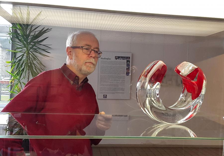 Erhard Siebert betrachtet das Objekt Levita rossa von Wolfgang Mussgnug