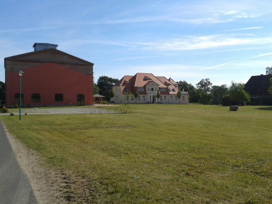 Blick auf den Speicher und das ehemalige Gutshaus in Ludwigsburg