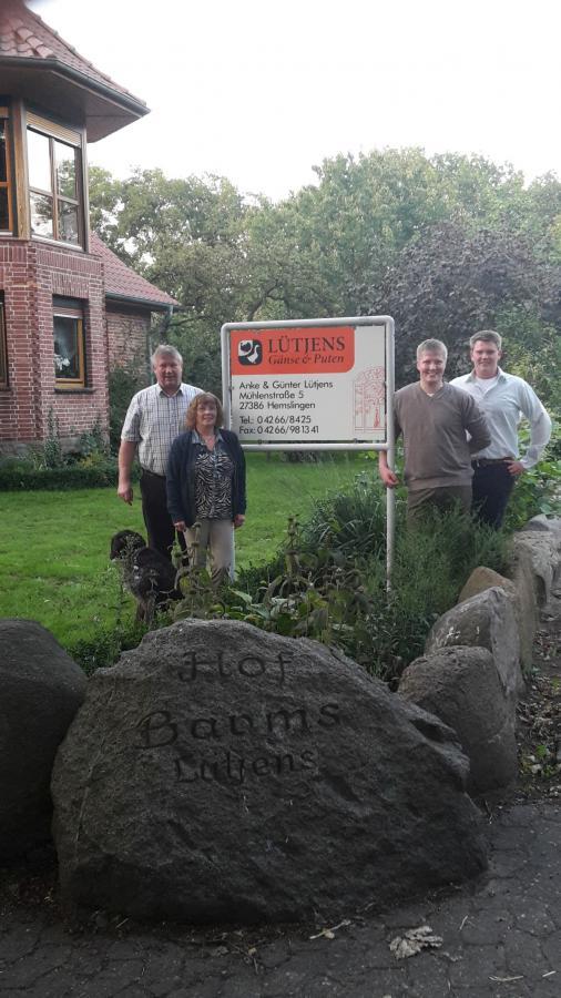 """Anke und Günter Lütjens mit den Söhnen Lutz und Carsten.   Auf dem Stein im Bildvordergrund steht """"Barms"""", das ist der Hofname. Unser Familienname lautet aber Lütjens."""