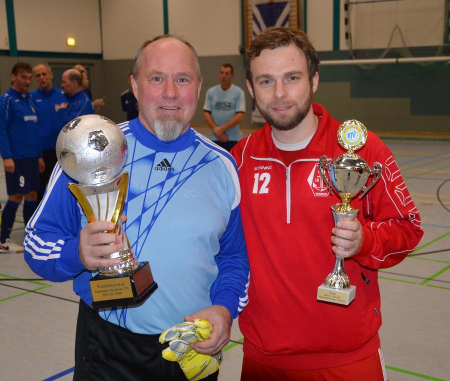 Wolfgang Rohloff (links) und Maik Kerinn mit den Siegerpokalen