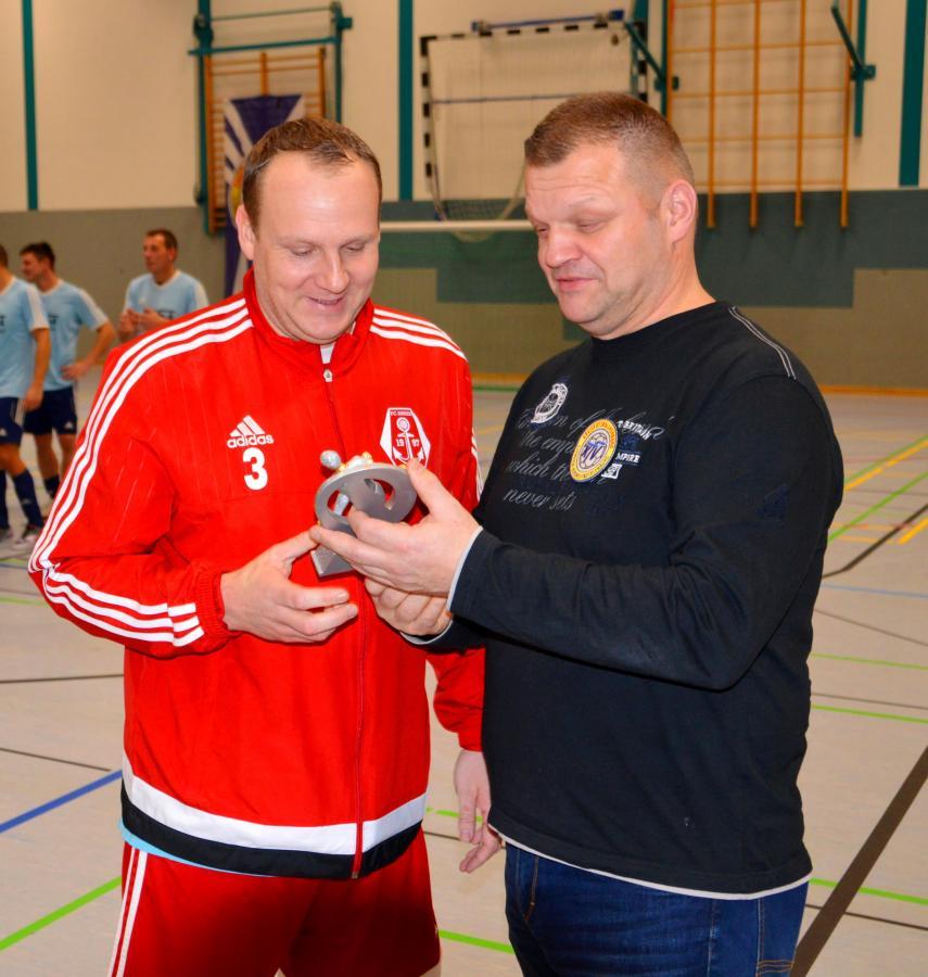 Andreas Finger erhält den Pokal für den besten Torschützen des Turniers aus den Händen von Spielausschussobmann Peter Brandt, Finger traf siebenmal ins Schwarze