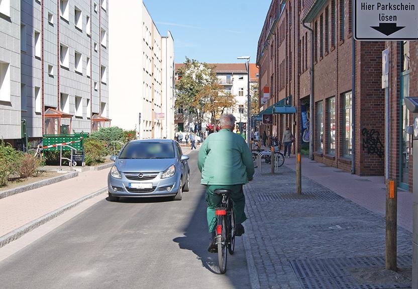 ... wie auch in die andere Richtung – Radverkehr in der erneuerten Mittelstraße.