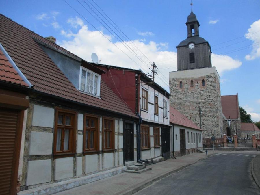 Fachwerkhäuser in Mohrin mit Blick zur Heiligen-Geist-Kirche