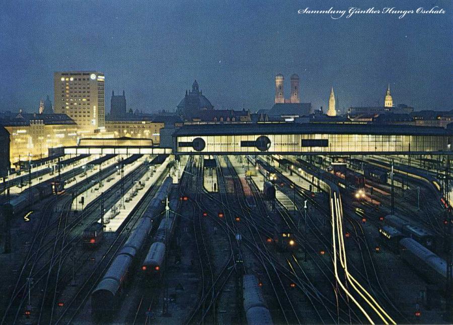 München bei Nacht Hauptbahnhof mit Blick zur Stadt