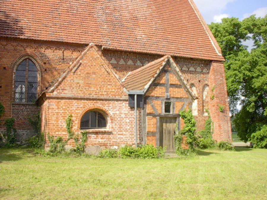 Links die ehemalige Levetzowsche Kapelle (1)