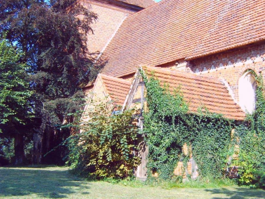 Links die ehemalige Levetzowsche Kapelle (2)