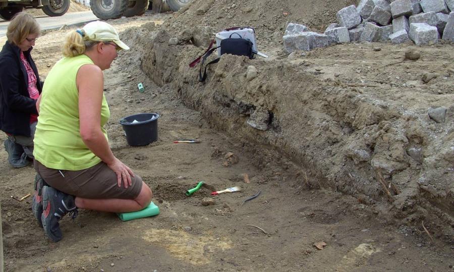 Insgesamt wurden um die Kirche herum 93 Bestattungen und Grabgruben dokumentiert