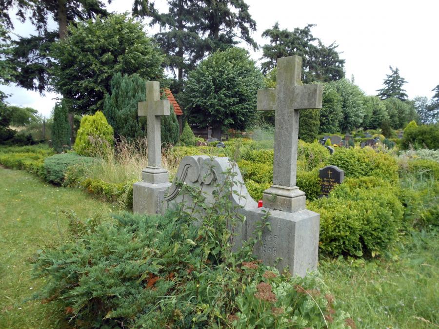 Das Denkmal am Massengrab auf dem Friedhof in Neukalen