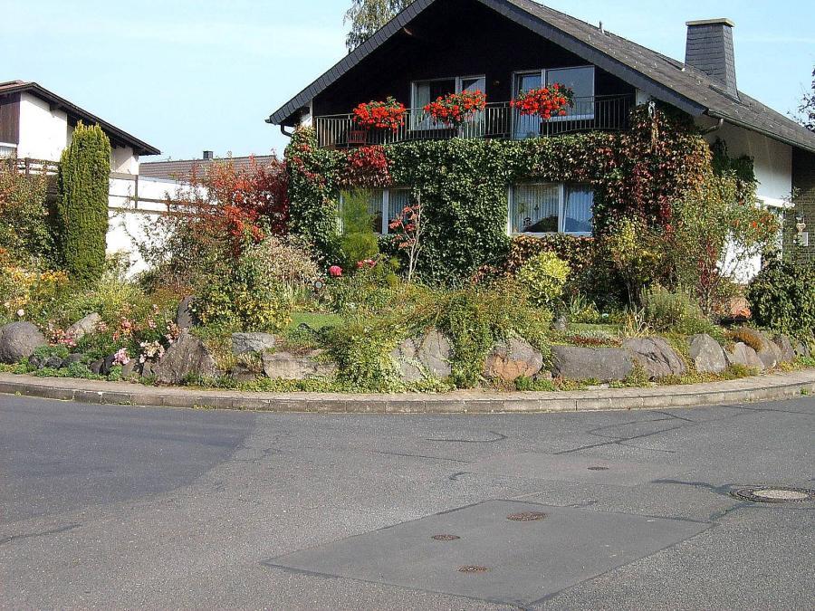 natürlich gestaltete Hangböschung eines Hausgartens in Plaidt (ca. 110 qm)