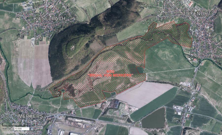 Der Geltungsbereich der Thüringer Verordnung über das Naturschutzgebiet am Brühl von Merkers ist mit einer roten Schraffierung markiert. (©ANTARES, TLUG)