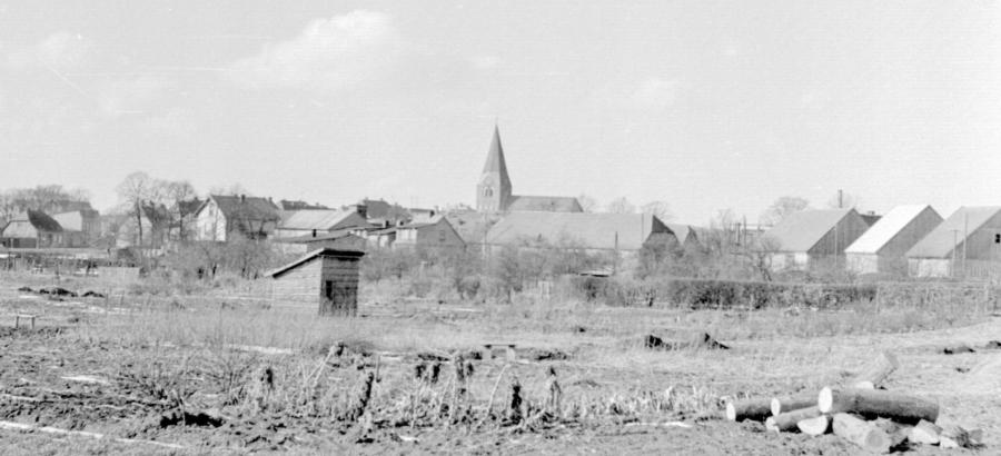 Blick von den Gärten hinter dem Ratmannsteich zur Kirche, um 1955