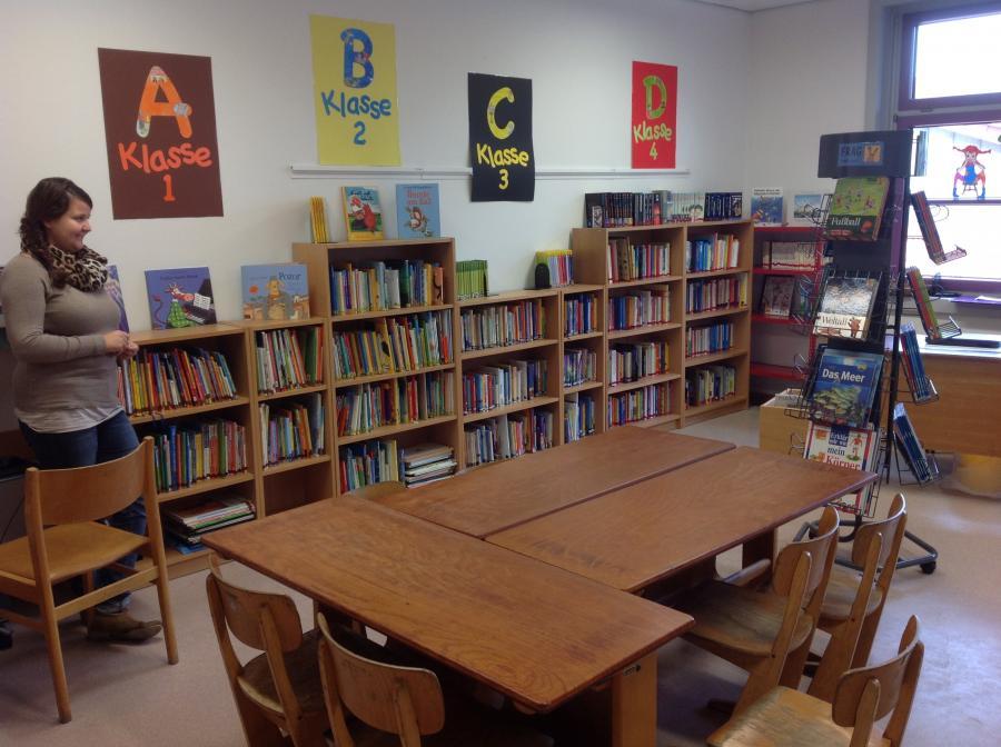 Frau Fisse in der Schülerbücherei
