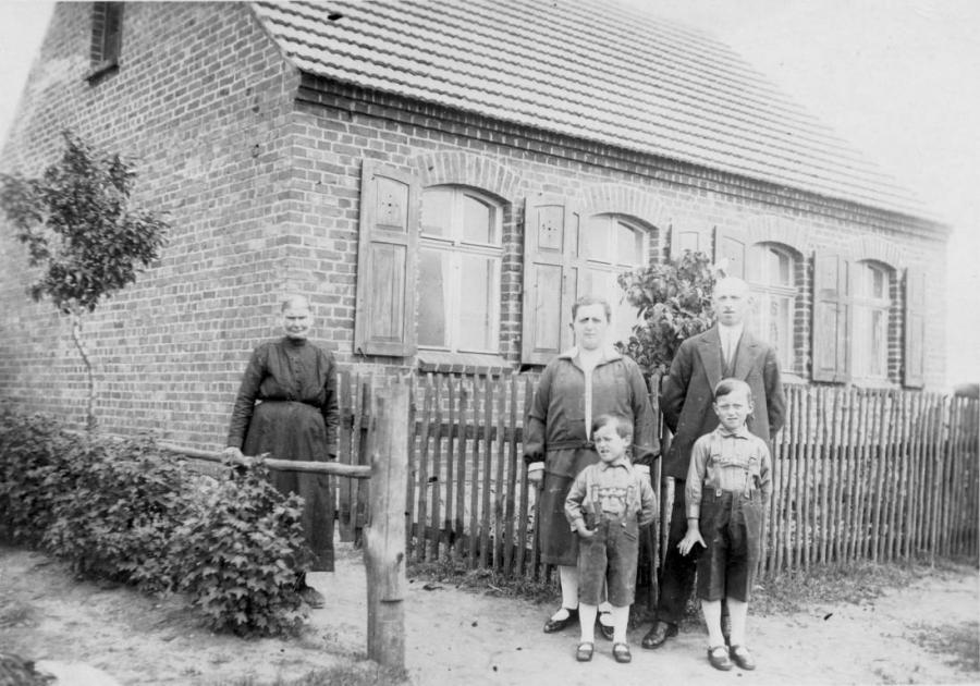 Vor dem Elternhaus von Heinz Neumann in Mienken um 1930