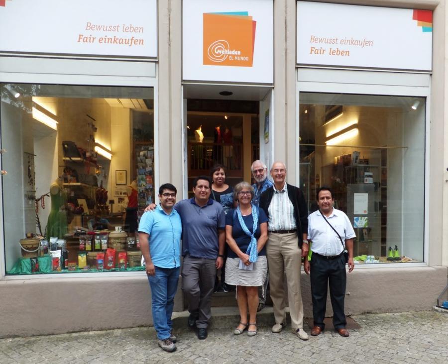Vor dem Schorndorfer Weltladen mit den peruanischen Gästen
