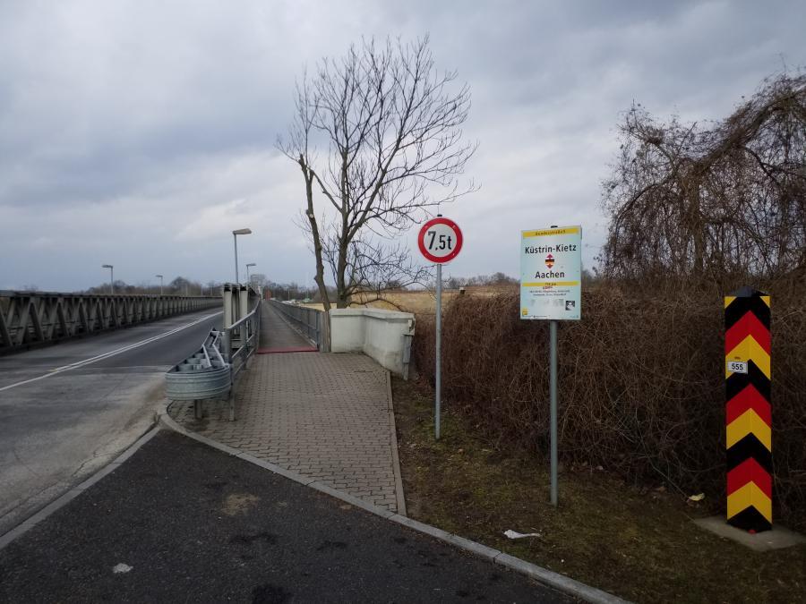 Die Oderbrücke zwischen Küstrin-Kietz und Kostrzyn verbindet die Bundesstrasse 1 mit der DW 132. Im Hintergrund erhebt sich die ehem. Festung Küstrin, Foto: Klaus Ahrendt