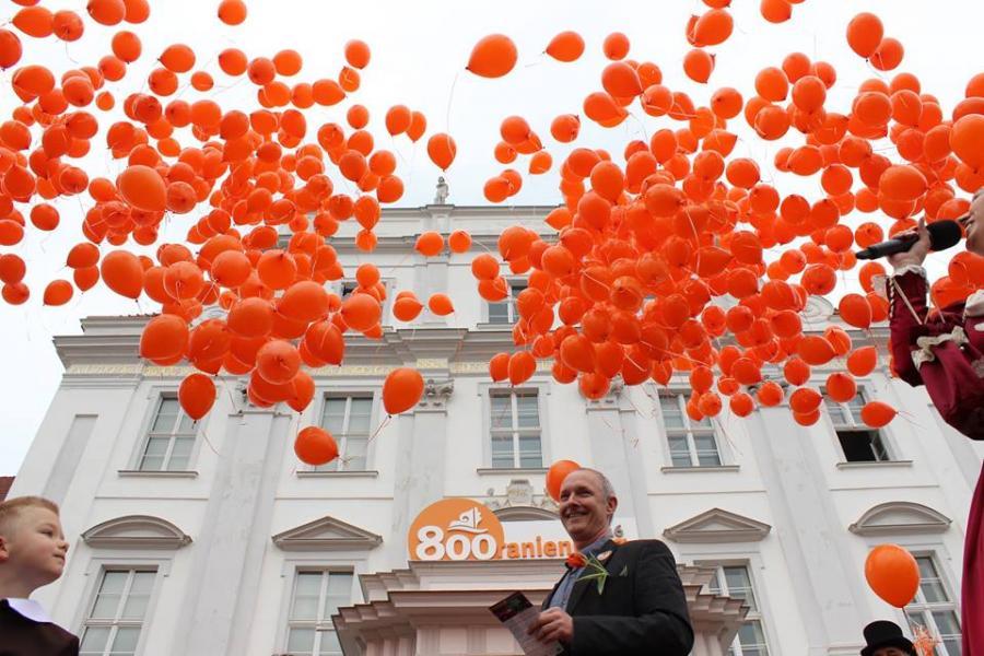 800 aufsteigende Luftballons läuten vor dem Logo »800 Jahre Oranienburg« auf dem Schlossbalkon die Vorbereitungen für das Stadtjubiläum 2016 ein ...