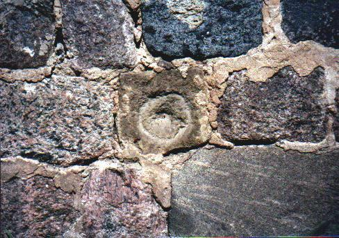Ornamentstein auf der Südseite der Kirche