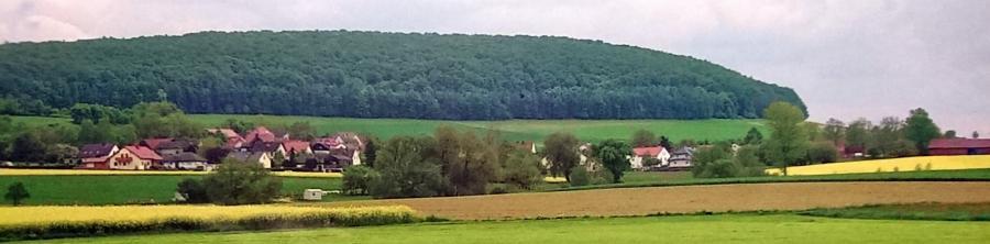 Ortsansicht Landershausen mit dem Ringberg im Hintergrund