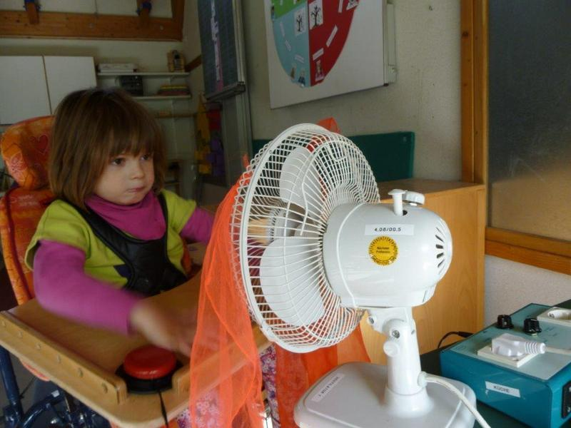 Sarah bedient den Ventilator