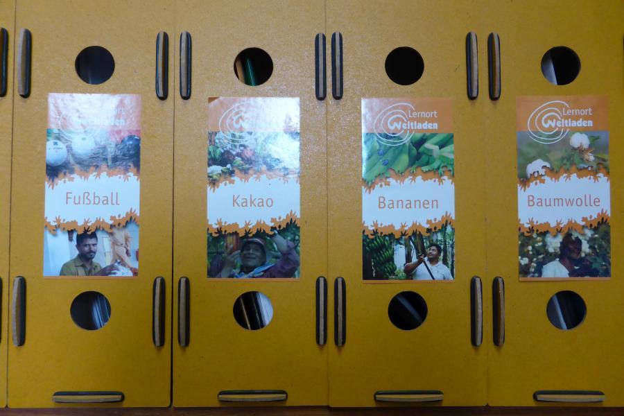 Ordner mit Bildungsmaterialien zu verschiedenen Themen in unserer Bibliothek