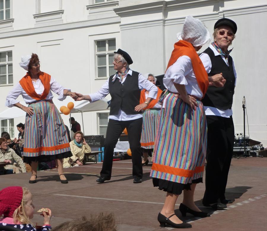 Tanzgruppe vor dem Schloß Oranienburg 2