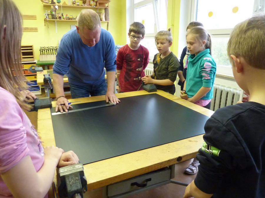 Schüler der Grundschule Ruppersdorf mit ihrem Lehrer beim Ausmessen der Faltabstände